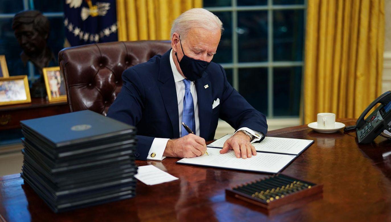 Prezydent USA Joe Biden podpisuje wycofanie się z decyzji Donalda Trumpa (fot. PAP/EPA/Doug Mills / POOL)