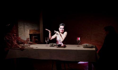 Stenka jako Charlotta jest trochę w stylu kamp, bo taki jest ten spektakl. Fot. Krzysztof Bieliński/Teatr Narodowy