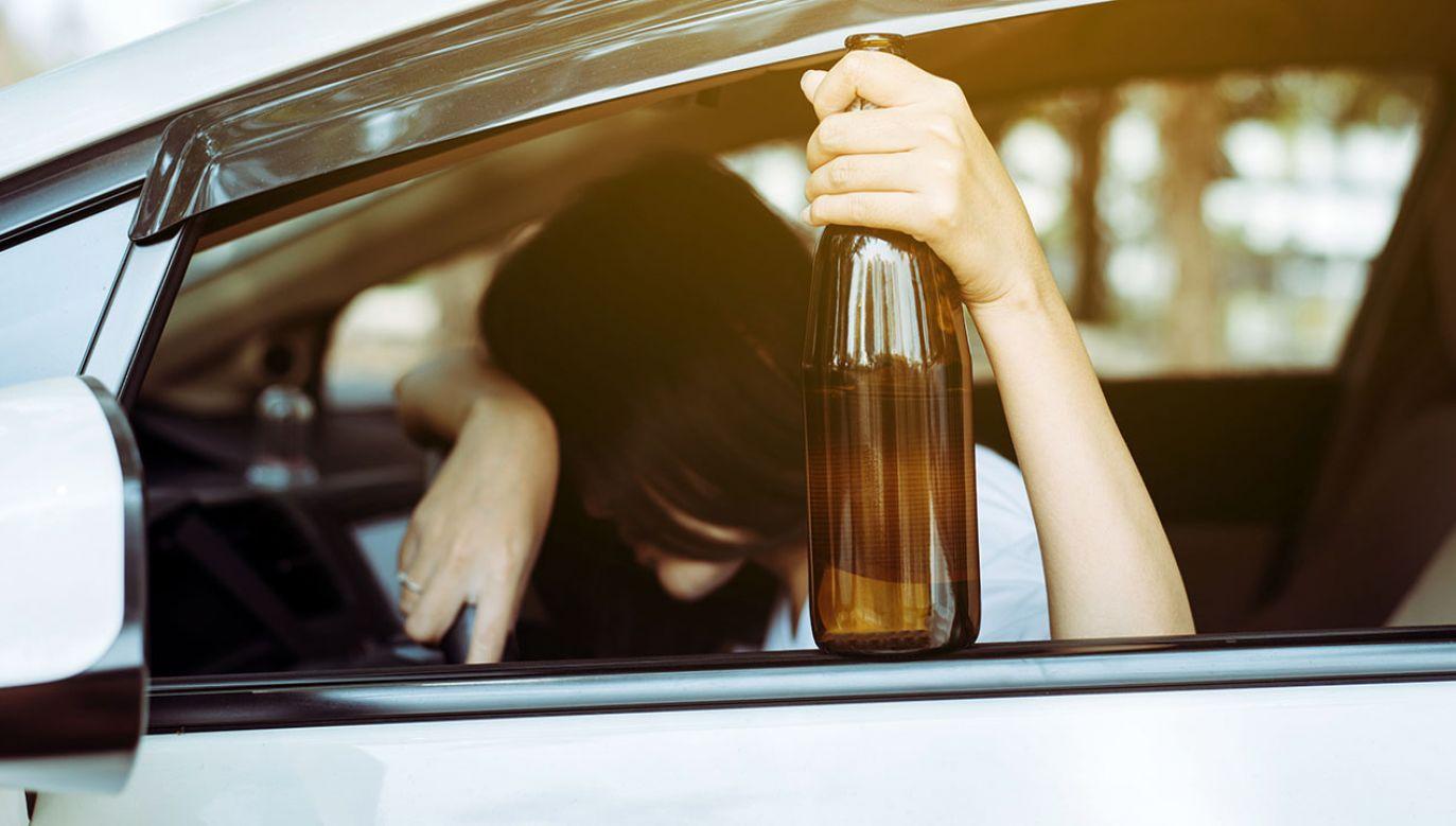 Pijana i z piwem w ręku prowadziła auto (fot. Shutterstock/ GBALLGIGGSPHOTO)