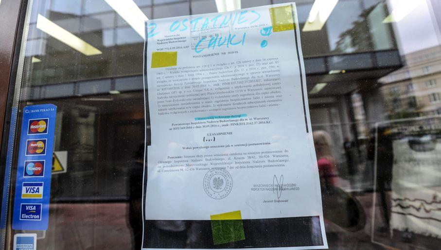 Decyzja Wojewódzkiego Inspektora Nadzoru Budowlanego wstrzymująca zamknięcie budynku (fot. PAP/Marcin Obara)