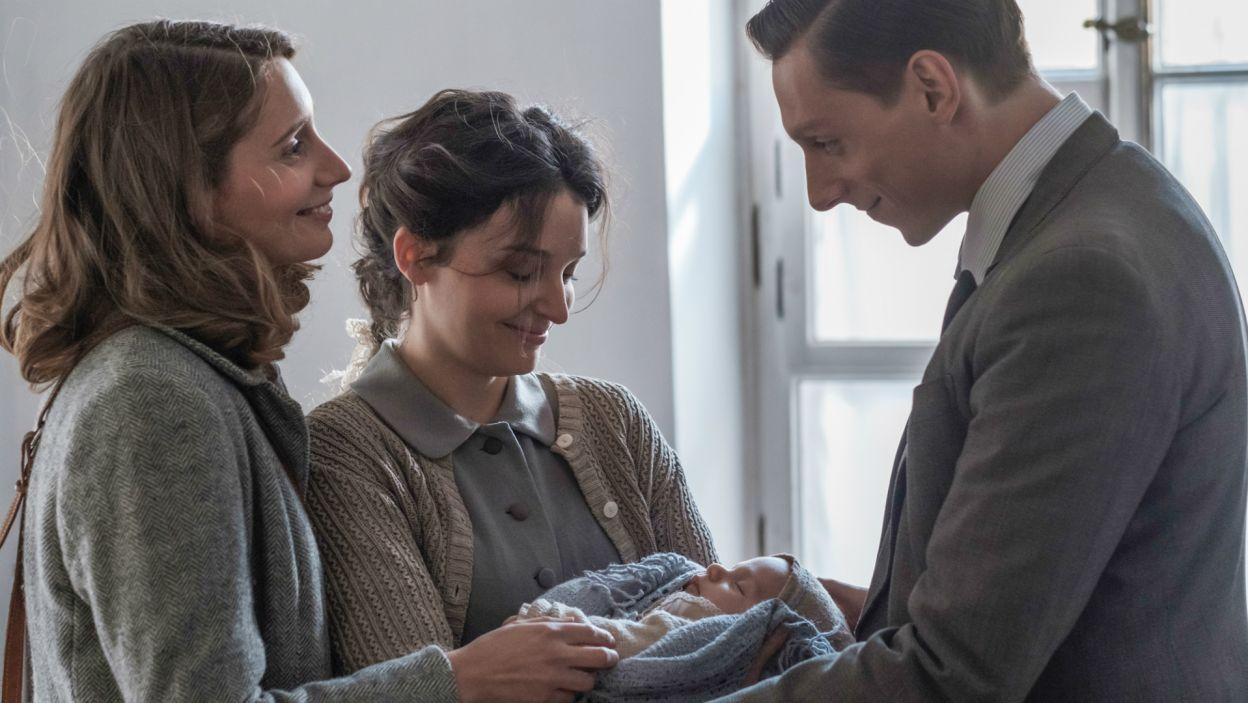 Leokadia podejmuje decyzję o ukryciu Marysi w Nałęczowie. Joachimówna dzięki temu dołącza do swojej siostry i małej Ani, uratowanej z getta (fot. TVP)
