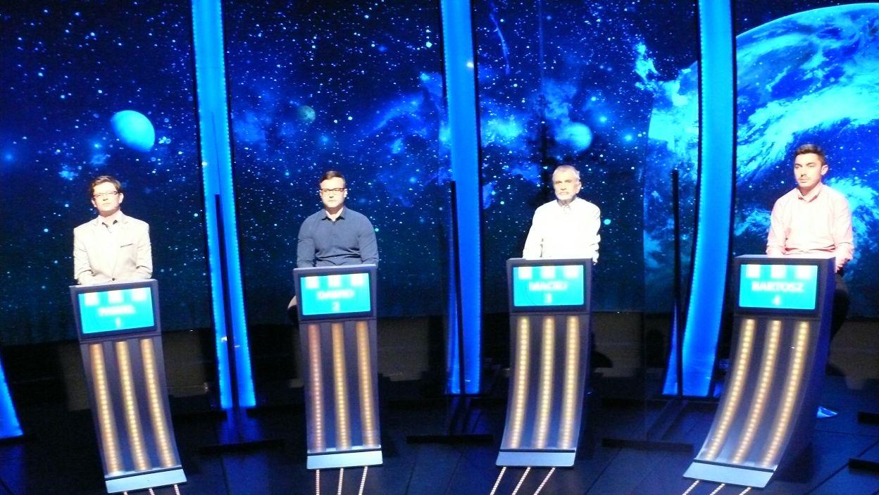 Kolejni zawodnicy w studiu czekają na swoich stanowiskach do udziału w grze 7 odcinka 120 edycji