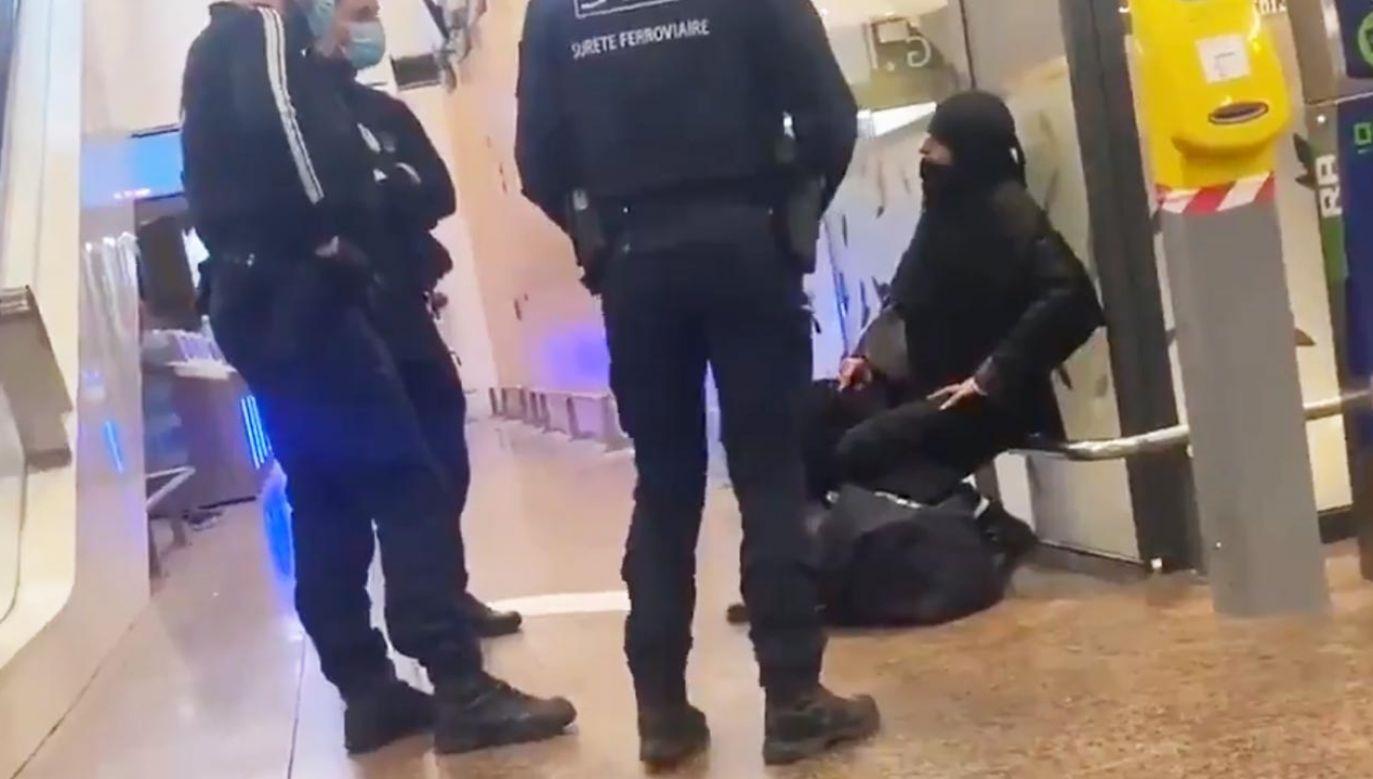 Francuska policja zatrzymała kobietę grożącą wysadzeniem bagaży (fot. Twitter/News_Mena_)