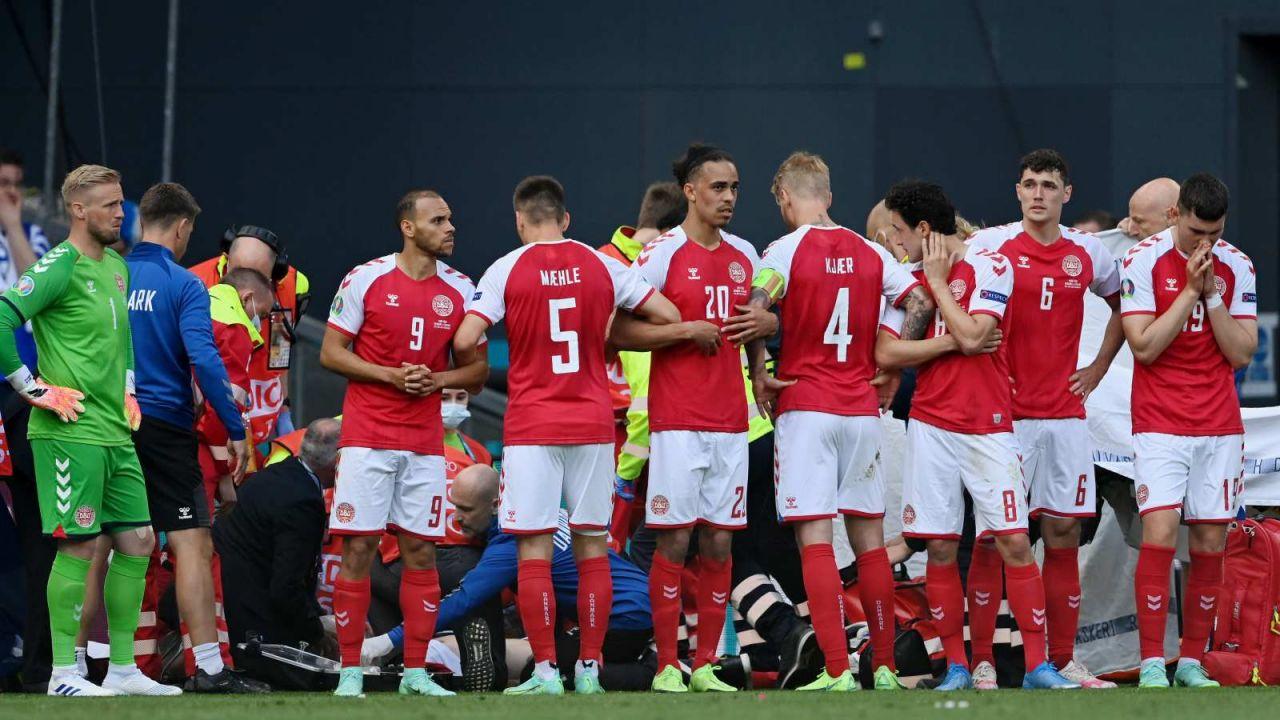 Duńscy piłkarze zasłaniają reanimowanego Christiana Eriksena (fot. Getty Images)