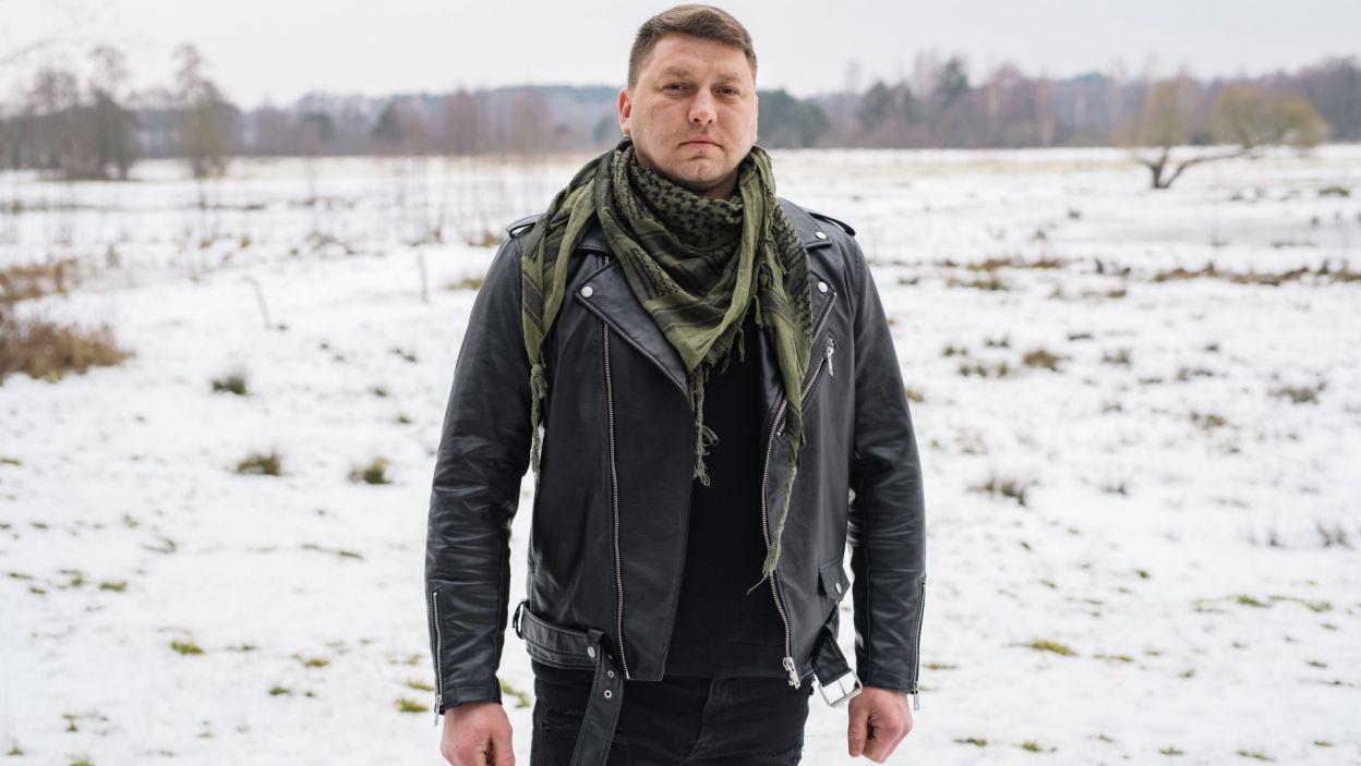 Maciej (33 l.) na co dzień prowadzi gospodarstwo i wychowuje swojego 5-letniego syna Wiktora. Jest pasjonatem gołębi i ptaków ozdobnych i wędkowania. W wolnych chwilach uwielbia jeździć samochodami terenowymi. Zajmuje się hodowlą krów oraz uprawia kukurydzę i zboża  (fot. TVP)