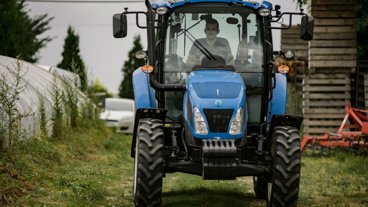 Adrian natomiast postanowił zrobić wrażenie na dziewczynach przy pomocy... traktora! – Nie ma takiej opcji – odpowiedziała Agata na propozycję nauki jazdy (fot. P. Matey/ TVP)
