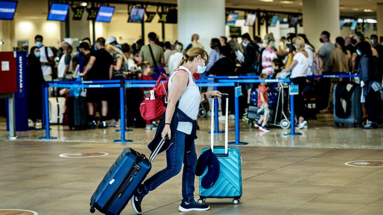 Brytyjczycy opuszczają Portugalię przerywając wakacje w Algarve (fot. PAP/EPA/LUIS FORRA)