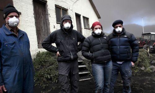 Inżynierowie środowiska z Uniwersytetu w Reykjavik odwiedzają farmę na obszarach wiejskich pod wulkanem Eyjafjallajökull, aby monitorować konsekwencje opadu gęstego popiołu po erupcji w 2010 r. Fot. Etienne De Malglaive / Getty Images