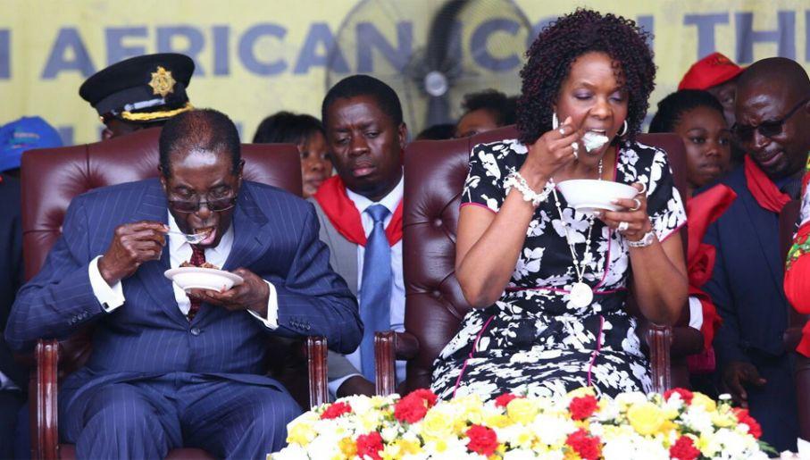 Mugabe zamierzał przekazać władzę swojej żonie Grace (fot. PAP/EPA/AARON UFUMELI)