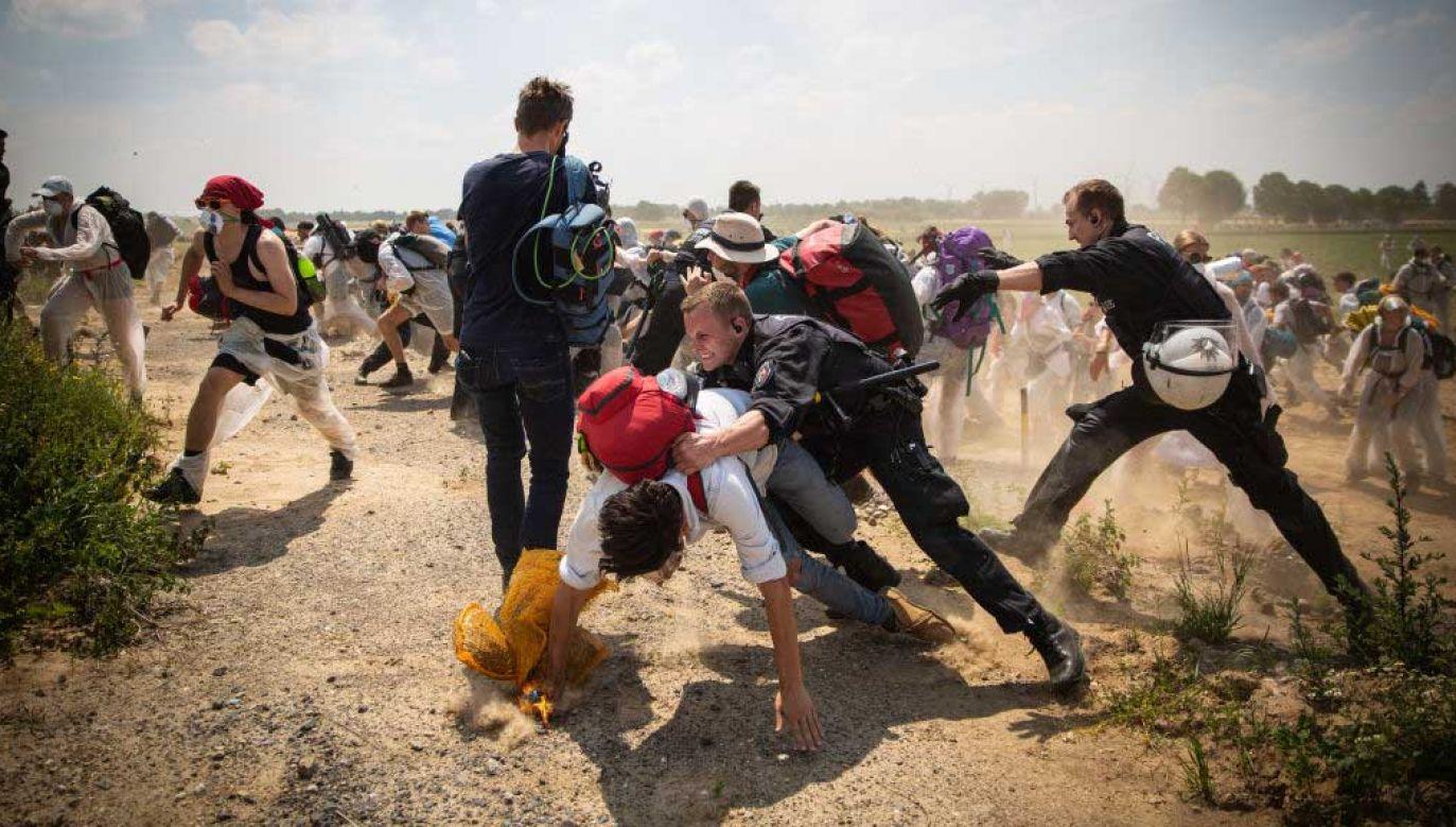Protest aktywistów Ende Gelände na terenach kopalni Garzweiler w czerwcu 2019 roku (fot. David Speier/NurPhoto via Getty Images)