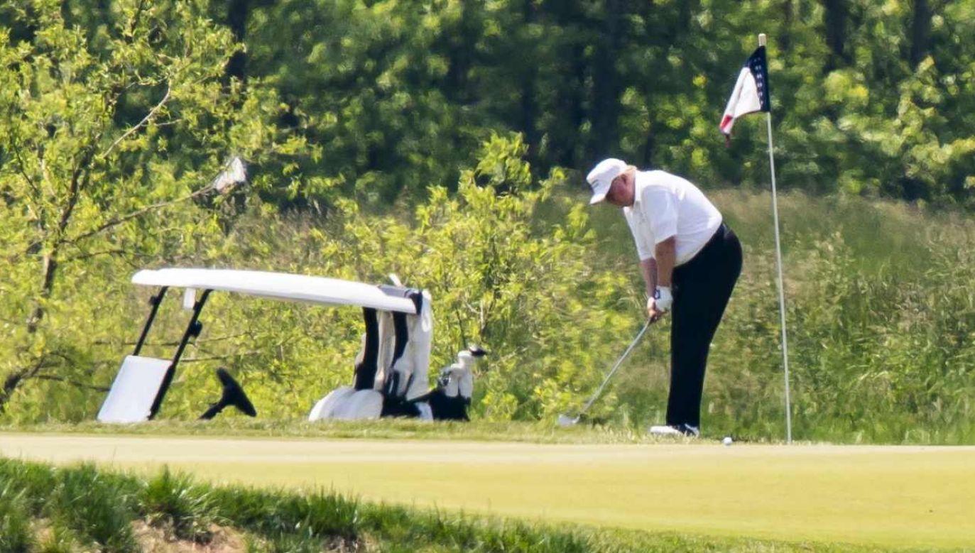 Wybierając się na swe prywatne pole golfowe w  stanie Wirginia, Donald Trump podkreślił swój upór w przywracaniu normalności w kraju  (fot. PAP/EPA/JIM LO SCALZO)