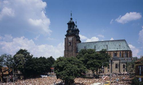 3 czerwca. Przed katedrą gnieźnieńską Wniebowzięcia NMP i św. Wojciecha na Wzgórzu Lecha. Fot. PAP/Jan Morek