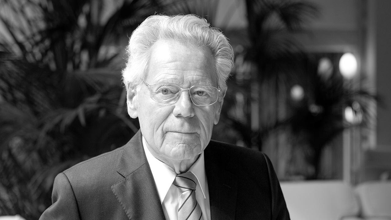 Szwajcarski teolog miał 93 lata (fot. Leonardo Cendamo/Getty Images)