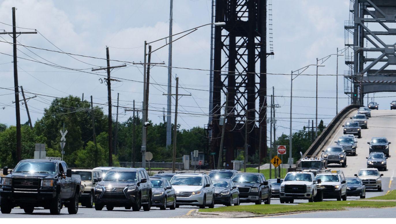 Mieszkańcy ewakuują się z niektórych części Luizjany (fot. PAP/EPA/DAN ANDERSON)