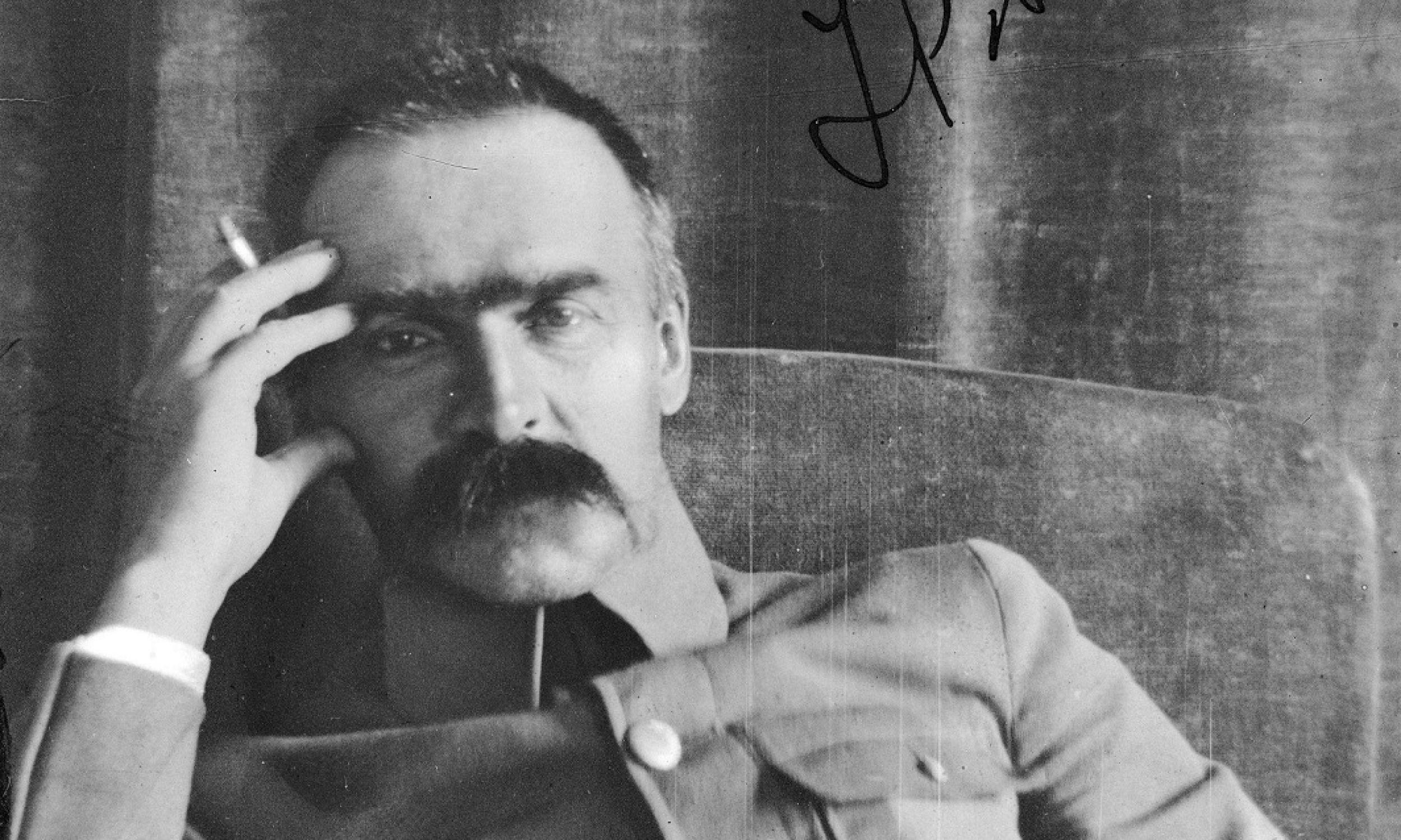 Bohaterowie naszej niepodległości – Józef Piłsudski i Roman Dmowski – już od młodości lubowali się w tytoniowym nałogu. Zdjecie marszałka Polski i premiera RP wykonane w latach 1920 - 1928. Fot. NAC/Instytut Józefa Piłsudskiego, sygnatura: 22-1-8