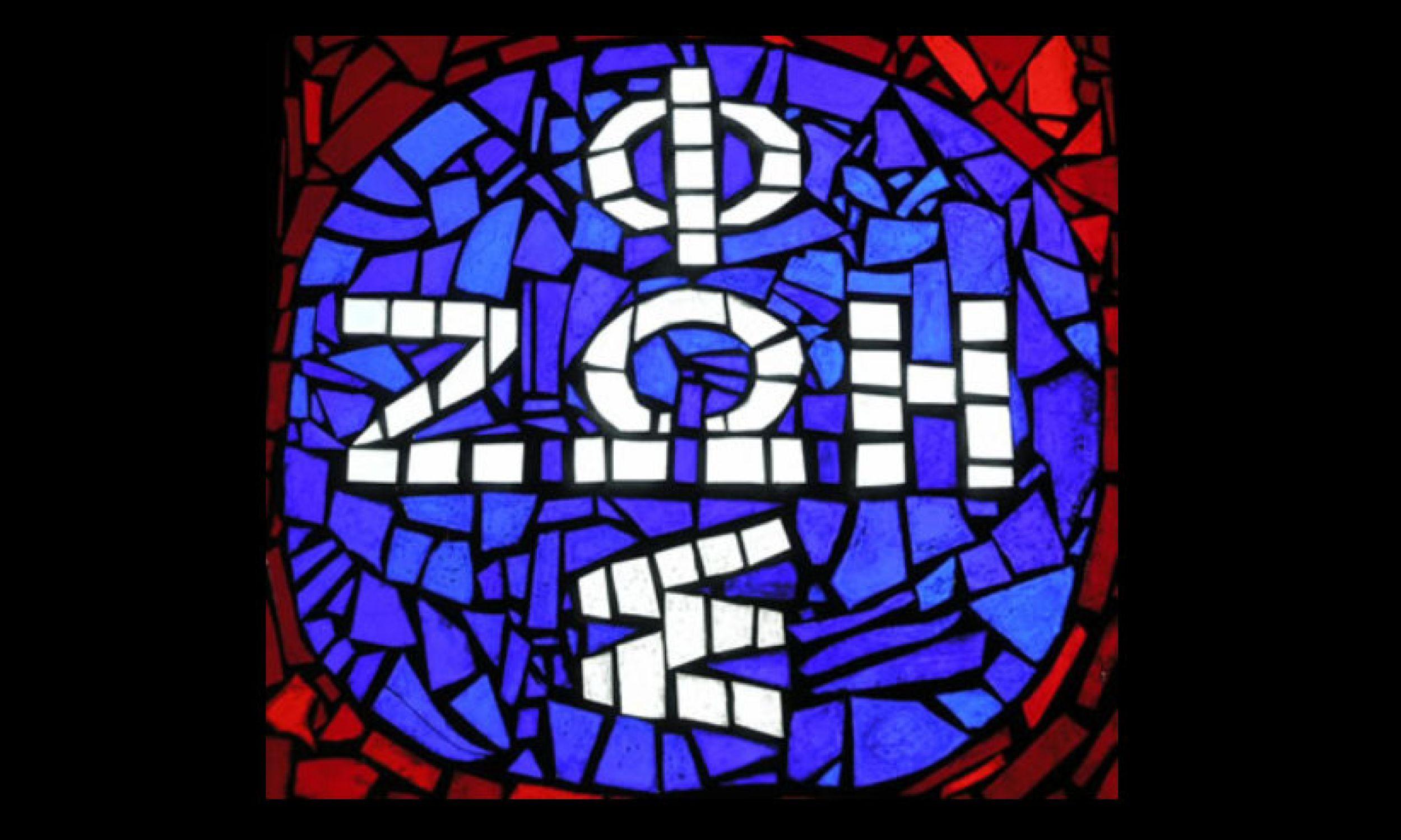 Znakiem Ruchu Światło-Życie są dwa ostatnie słowa zapisane greką: ΦΩΣ – ΖΩΗ (czyt. fos-zoe), krzyżujące się na literze omega (symbol Ducha Świętego, który jest wszystkim) i ułożone w kształt krzyża. Popularna nazwa tego symbolu to foska – na zdjęciu na witrażu znajdującym się w kaplicy Chrystusa Sługi na Kopiej Górce w Gorcach (Krościenko nad Dunajcem), gdzie znajduje się Centrum Ruchu Światło-Życie. Fot. Maciles - Praca własna, CC BY-SA 3.0, https://commons.wikimedia.org/w/index.php?curid=851614