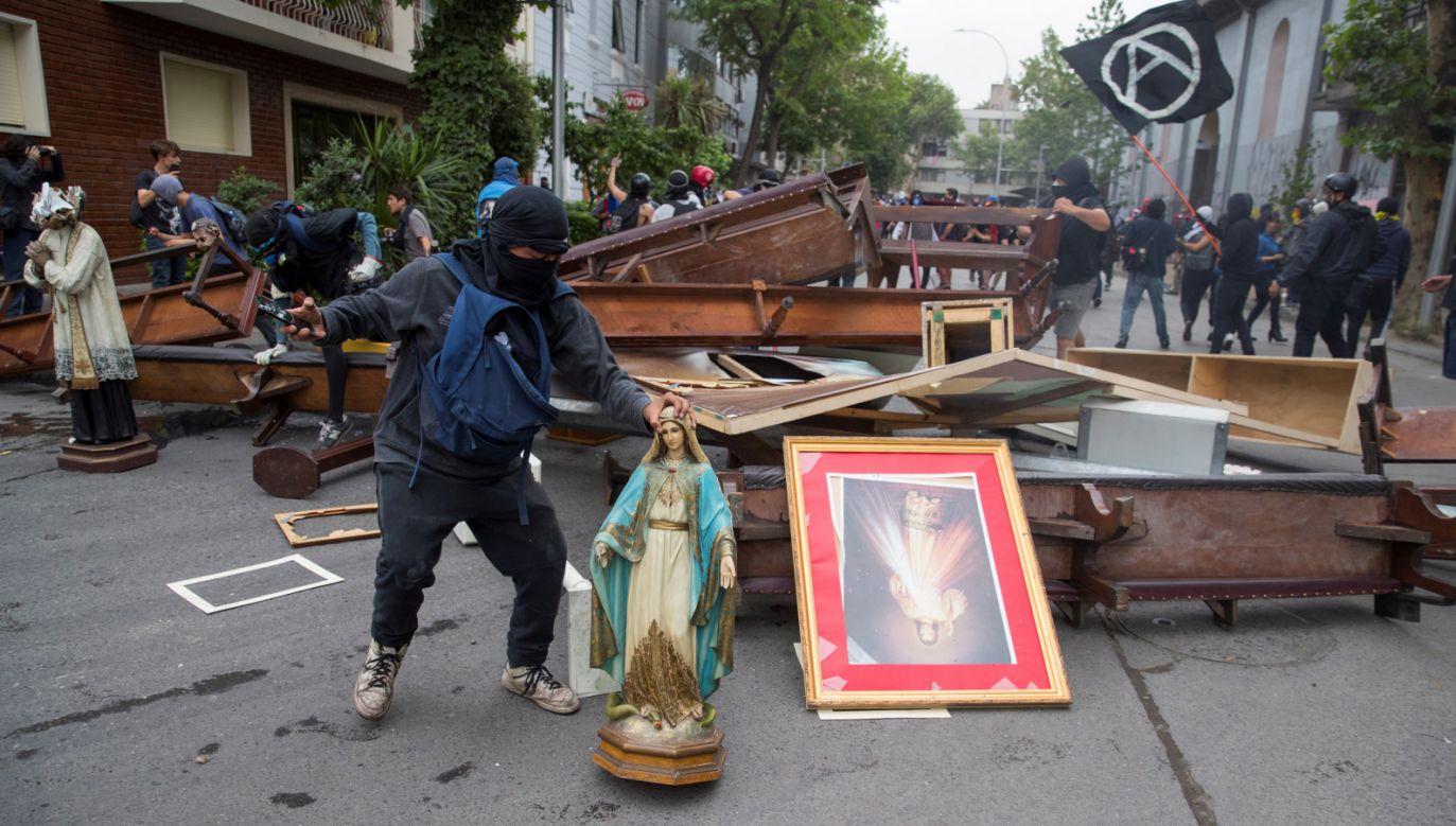 Demonstranci zbudowali barykadę z kościelnych ławek i figur (fot. PAP/EPA/ORLANDO BARRIA)