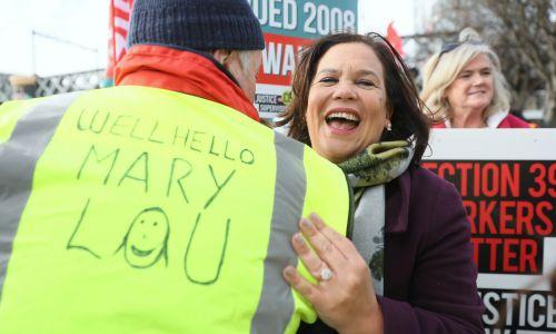 Szefowa Sinn Fein Mary Lou McDonald przed marszem w Dublinie w sporze dotyczącym emerytur. Luty 2020. Fot. Brian Lawless / PA Images via Getty Images)