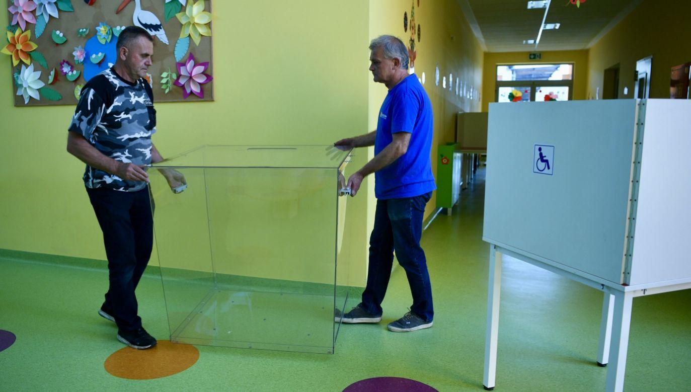 Przygotowania lokalu wyborczego Obwodowej Komisji Wyborczej nr 70 w Rzeszowie (fot. PAP/Darek Delmanowicz)