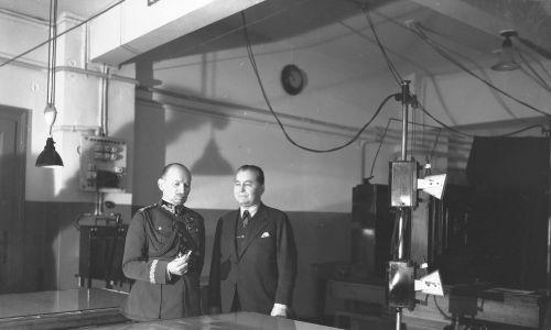 Gen. Juliusz Rómmel (z lewej) podczas zwiedzania Pałacu Prasy w towarzystwie Mariana Dąbrowskiego w roku 1933. Fot. NAC/IKC