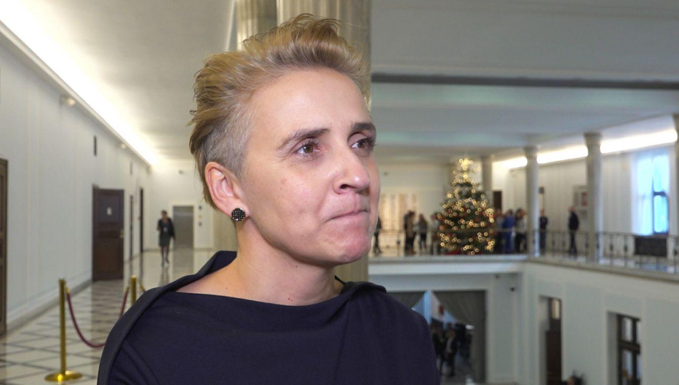 Posłowie Lewicy narzekają na krzyż w Sejmie, ale choinki im nie przeszkadzają. Joanna Scheuring-Wielgus chwali ten zwyczaj i podkreśla, że pochodzi z Niemiec (fot. portal tvp.info)