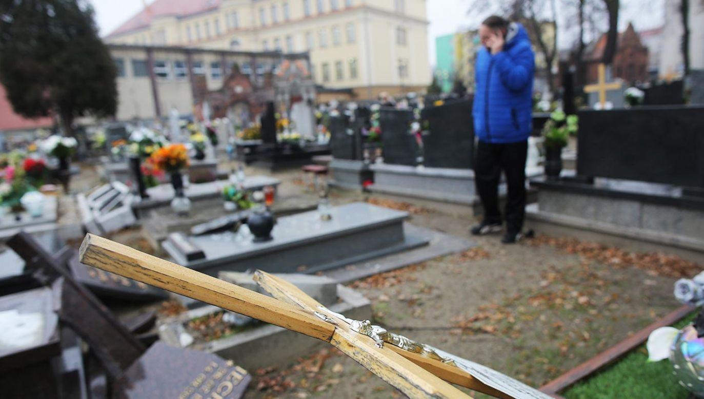 Chłopcy sprofanowali groby (fot. PAP/Tomasz Wojtasik)