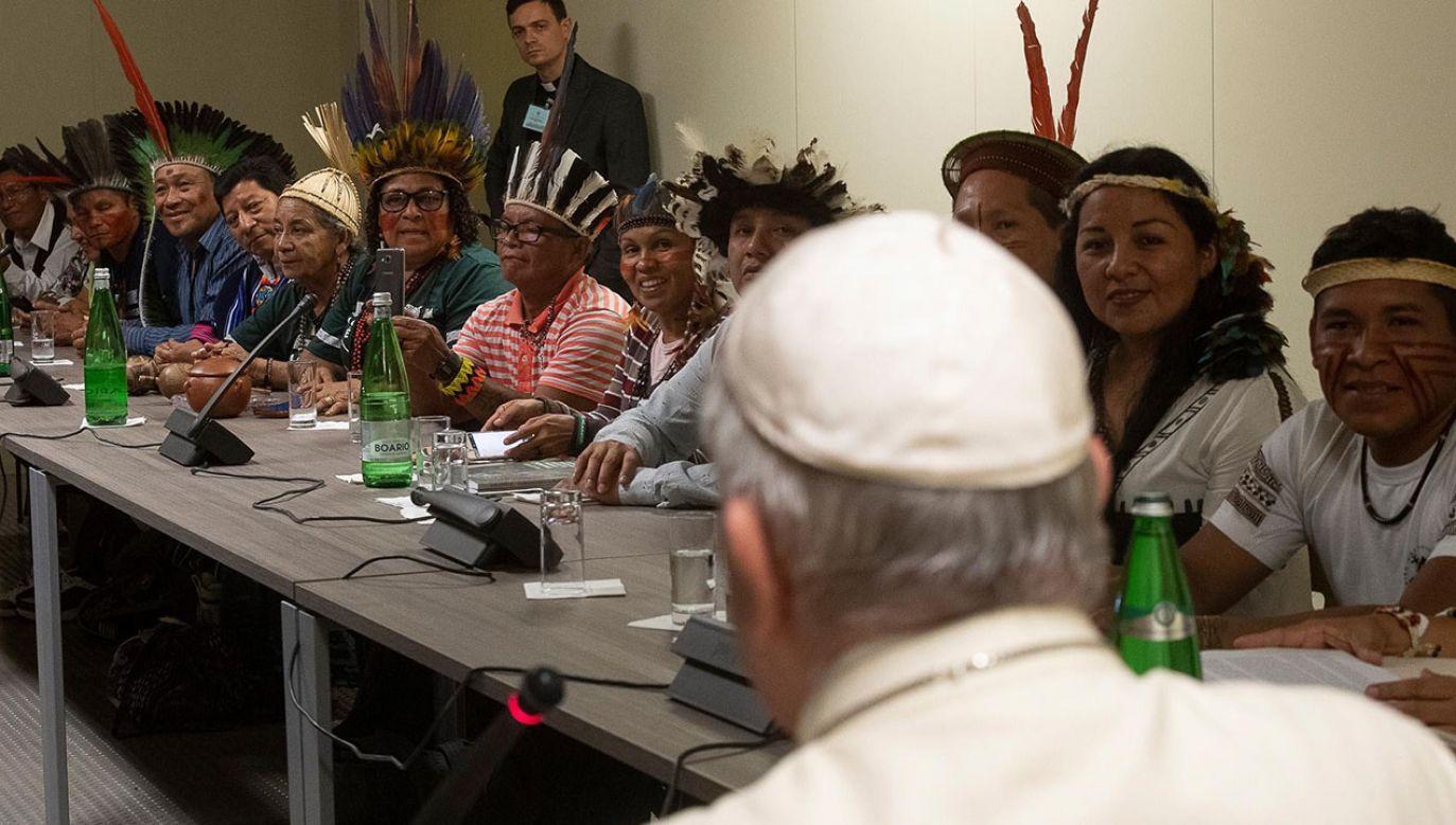 Uczestnicy synodu są podzieleni w kwestii tzw. viri probati, czyli propozycji wyświęcania żonatych mężczyzn (fot. PAP/EPA/VATICAN MEDIA HANDOUT)