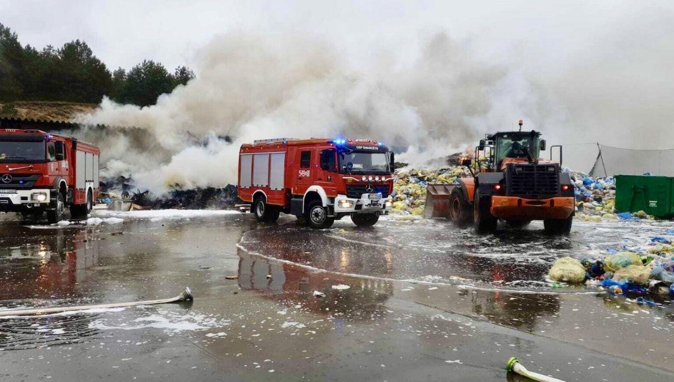 Ogień się już nie rozprzestrzenia (fot. KP PSP Tczew)