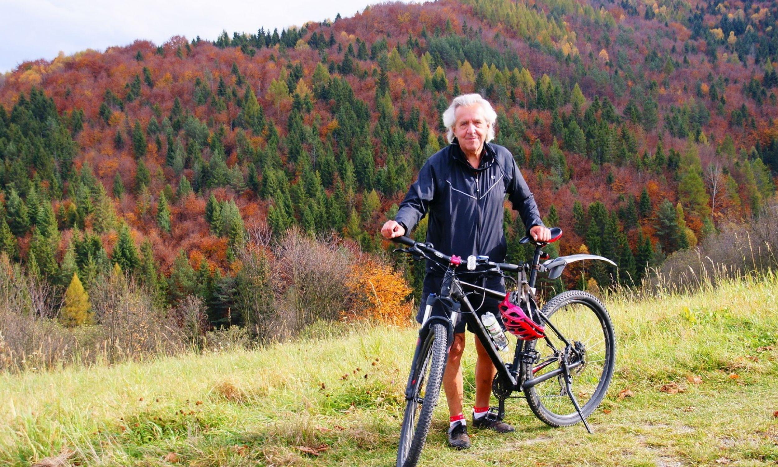 Ryszard Kruk jest zapalonym cyklistą. – Muszę cały czas coś robić, bez przerwy się ruszać. Stąd moja miłość też do aktywności fizycznej, głównie do roweru. Pokonuje na nim kilka tysięcy kilometrów rocznie. Zaraziłem tą pasją innych poprzez organizację w regionie rajdów rodzinnych. Ale kocham też narty czy tenis – mówi. Fot. Almanach Muszyny