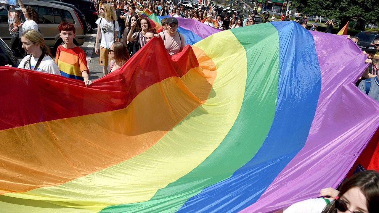 Uczestnicy II Parady Równości w Rzeszowie w czerwcu. Pierwotnie prezydent miasta zakazał organizacji wydarzenia. Decyzję uchylił sąd okręgowy (fot. arch.PAP/Darek Delmanowicz)
