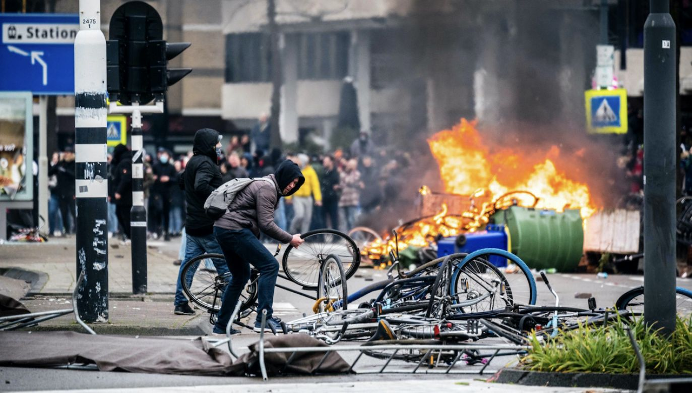 Najbardziej brutalne starcia miały miejsce w Rotterdamie (fot. PAP/EPA/ROB ENGELAAR)